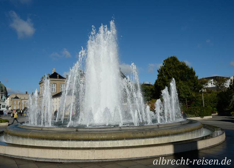 Kopenhagen, Springbrunnen vor Schloss Amalienborg