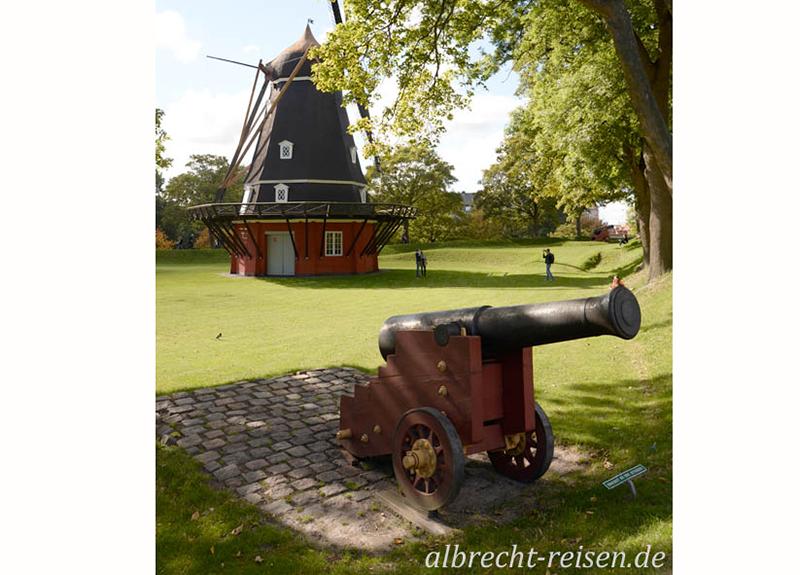 Kanone und Windmühle am Kastell von Kopenhagen