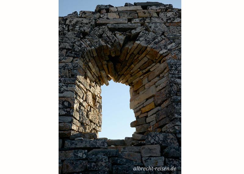 Hvalsey: Fensterbogen der Kirche, in der 1408 die letzte Trauung stattfand
